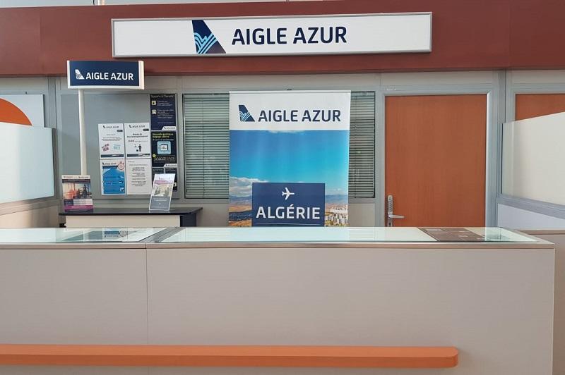 Le comptoir de la compagnie - en redressement judiciaire - est fermé, laissant le personnel de la plateforme et AviaPartner, le sous-traitant d'Aigle Azur, répondre aux interrogations des passagers - DR : CE