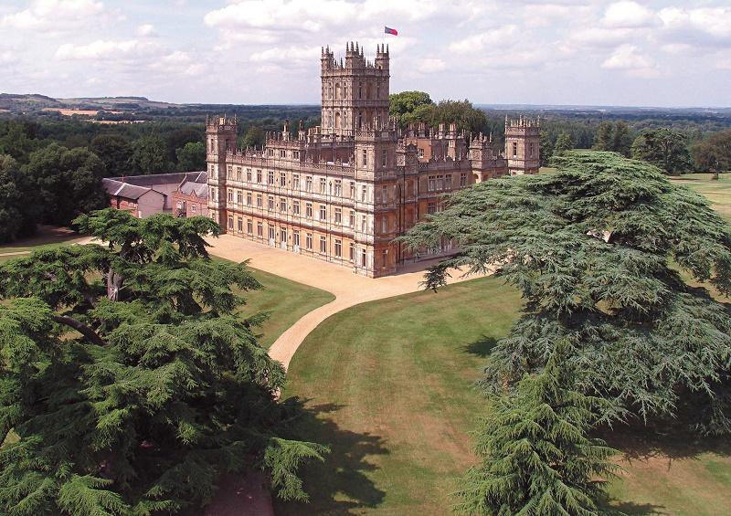 La plupart des décors ont été tournés dans des lieux réels en Angleterre : Highclere Castle, Harewood House, Alnwick Castle ainsi que dans le village de Bampton dans les Cotswolds de l'Oxfordshire - DR : VisitBritain