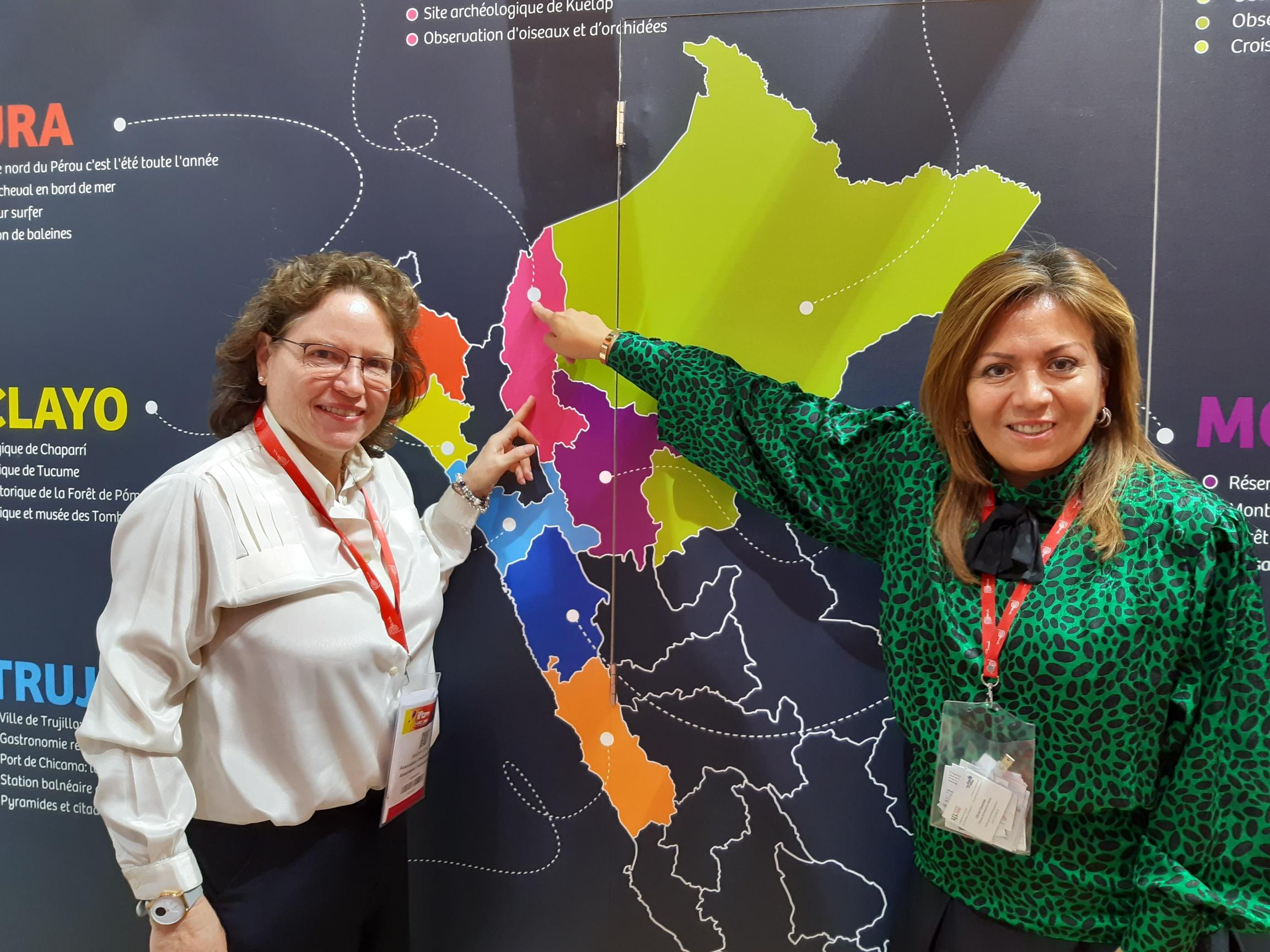 Devant la carte du Pérou, Sandra Doig Alberdi (à gauche) directrice adjointe du Tourisme du Pérou qui a fait le voyage de Lima et Rosario Pajuelo qui ouvre un nouveau bureau à Paris, au 120 Champs Elysées. Elles désignent le nord  du Pérou, moins visité par le marché français mais, à les entendre, particulièrement attractif - DR : M.S.