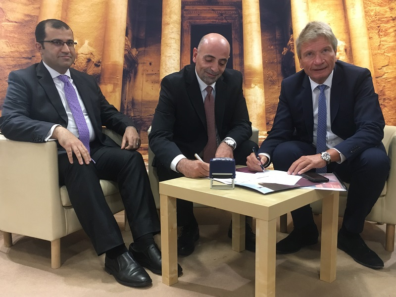 Dr. Abed Al Razzaq Arabiyat, directeur général du Jordan Tourism Board et Helmut Stückelschweiger, pdg de Top of Travel ont signé un partenariat, le 3 octobre 2019, au salon IFTM Top Resa. - CL