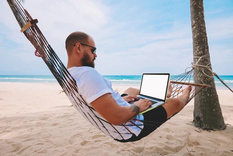 Le concept de workation mêle travail et vacances. - Depositphotos