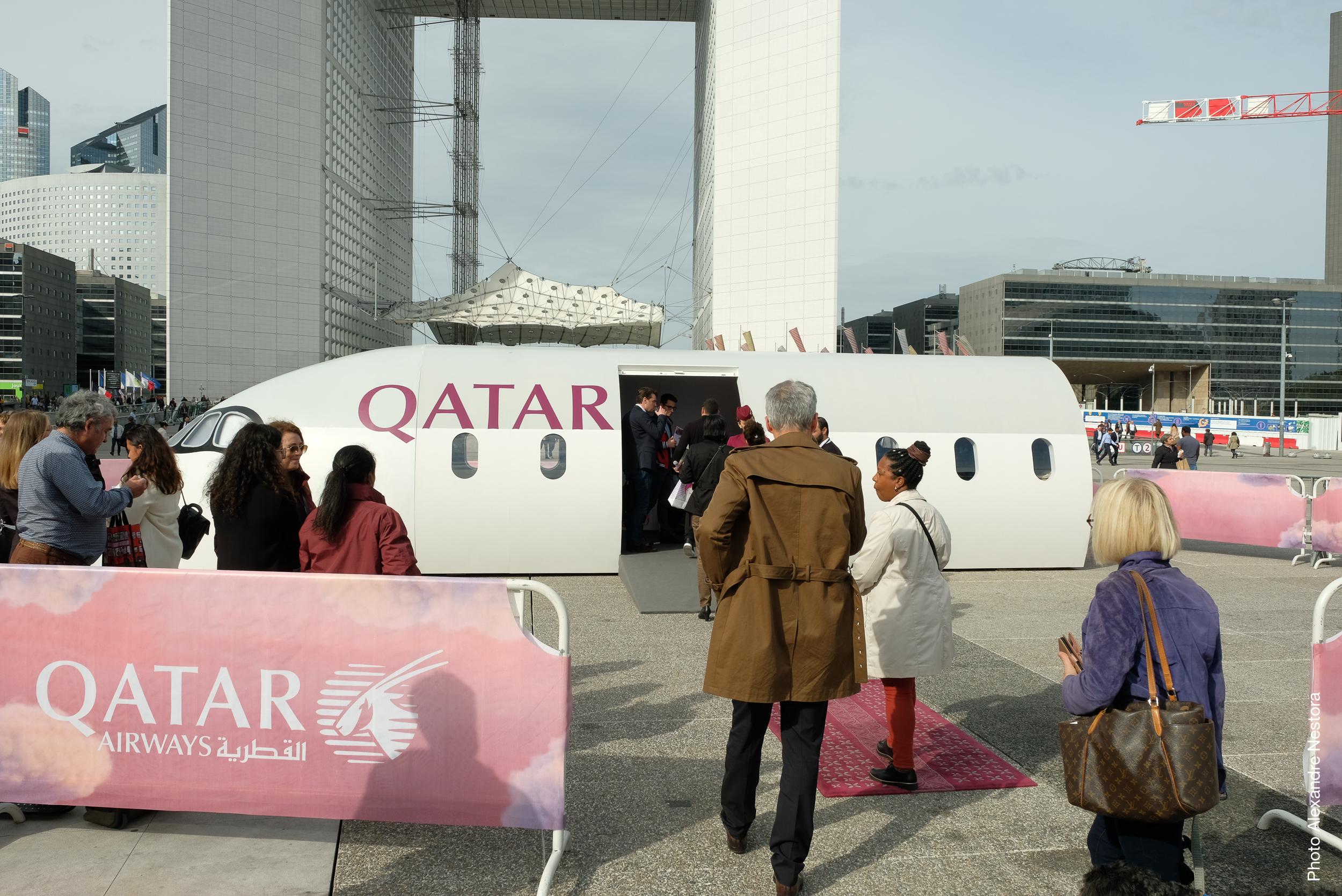 Une cabine éco au milieu des tours de la Défense - DR : Qatar Airways