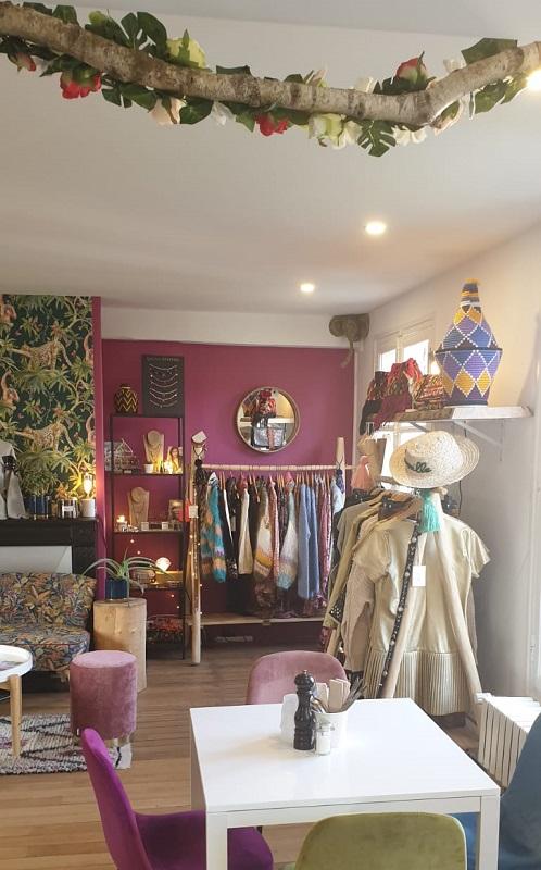 La particularité de ce lieu, c'est l'installation, au cœur du restaurant d'un showroom de mode et d'un corner voyage - DR : Graines de Voyages
