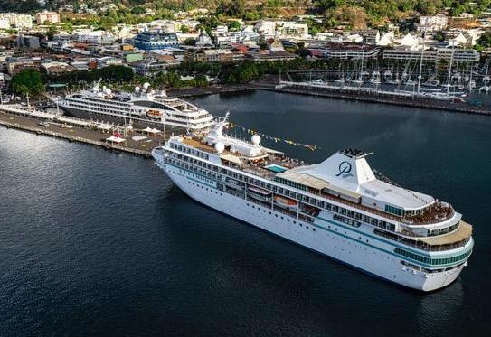 C'est à Papeete, en Polynésie française, qu'a eu lieu la première rencontre entre deux navires des compagnies de croisières Ponant et Paul Gauguin Croisières depuis leur rapprochement en août dernier - DR : Ponant