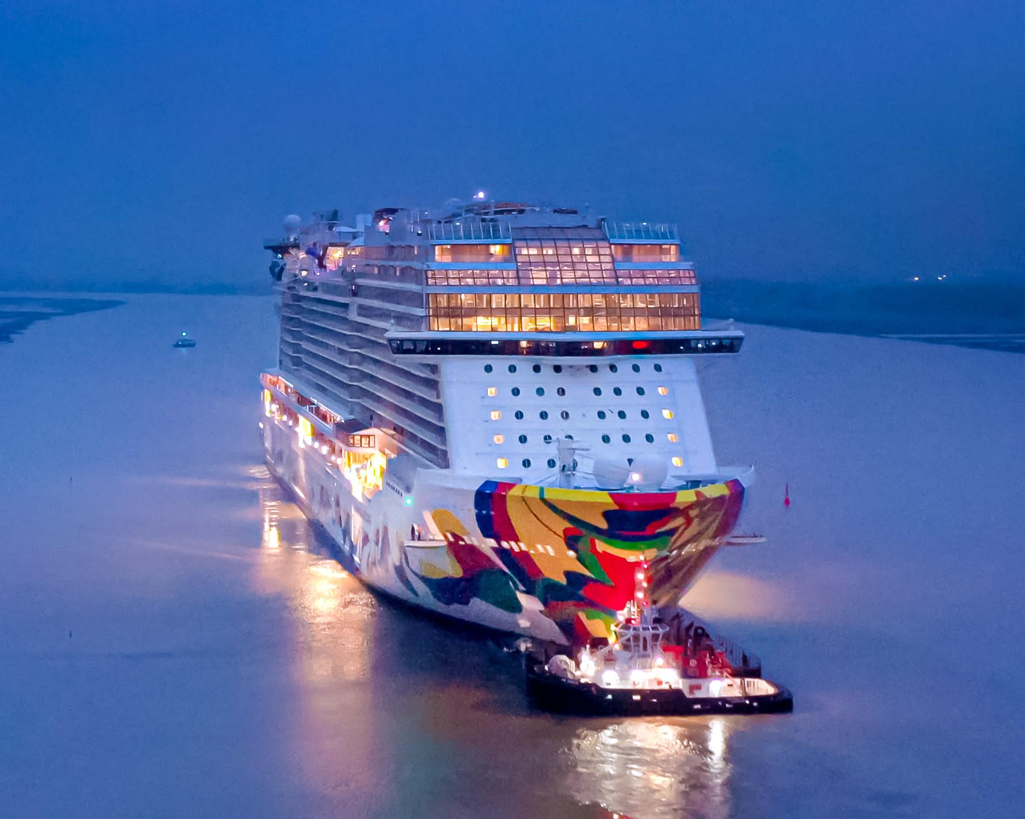 """Tout juste sorti de son chantier naval, le """"Encore"""" se prépare à accueillir ses premiers passagers - Collection NCL"""