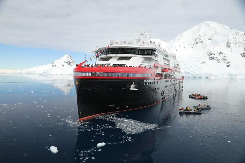 Le MS Roald Amundsen, navire d'expédition à propulsion hybride de Hurtigruten, est le premier bateau baptisé en Antarctique - DR : Hurtigruten