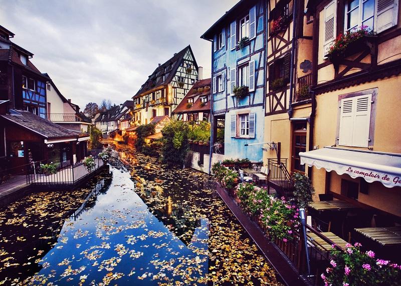 On dit parfois de Colmar qu'elle est une « Venise alsacienne ». Comme souvent, la comparaison est exagérée. La rivière Lauch confère pourtant à Colmar un air lacustre inédit - DR : DepositPhotos, jbstock
