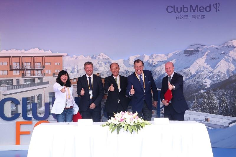 De g. à dr. : Wenqian Zhou, Président de Thaiwoo Ski Resort & Alpine Park ; Eric Breche, Président de l'ESF ; Hong Qi, Chairman de Thaiwoo Ski Resort & Alpine Park ; Henri Giscard d'Estaing, Président du Club Med ; Xavier Desaulles, Directeur Général des Marchés Asie-Pacifique du Club Med - DR : Club Med