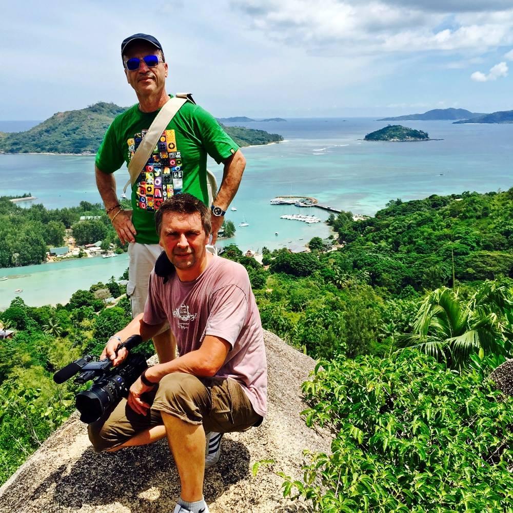 Jean da Luz (debout) et Xavier Petit lors d'un tournage aux Seychelles /crédit photo dr