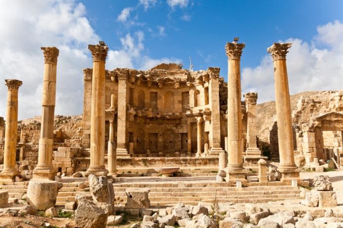 """Porte d'entrée sur le désert, entre Mer Rouge et Mer Morte, """"Amman la blanche"""" est la capitale de la Jordanie ©Veeravong Komalamena"""