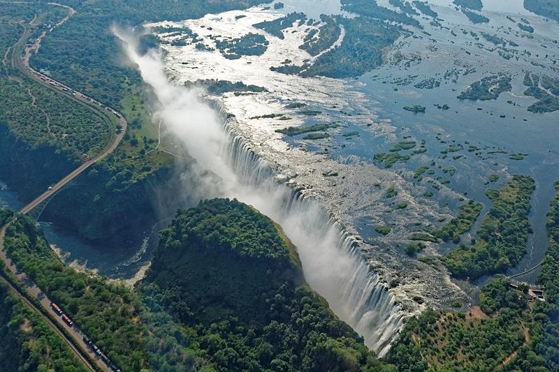 Les chutes Victoria sont inscrites au Patrimoine Mondial de l'Unesco et sont le centre névralgique du tourisme en Afrique australe - Crédit photo Depositphotos.com optikus
