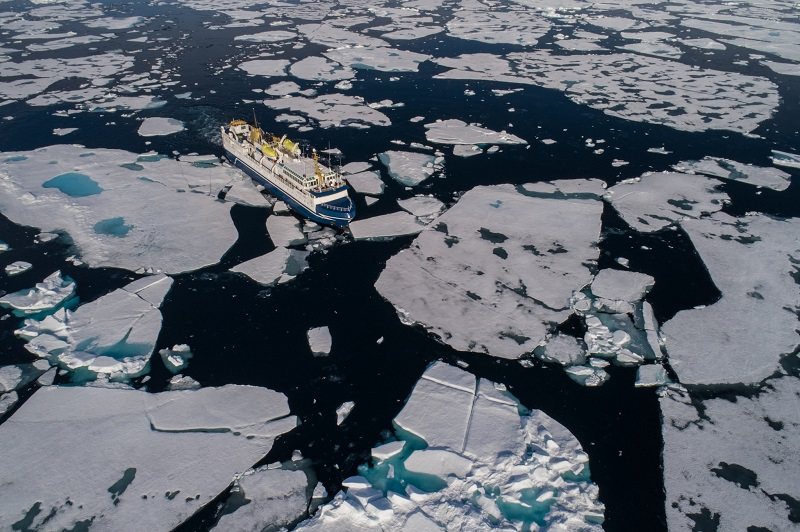 Grands Espaces fait partir les voyageurs, à bord de petites unités de 12 à 70 passagers, à la découverte du Groenland et du Spitzberg notamment, accompagnés de guides experts universitaires - DR : Grands Espaces