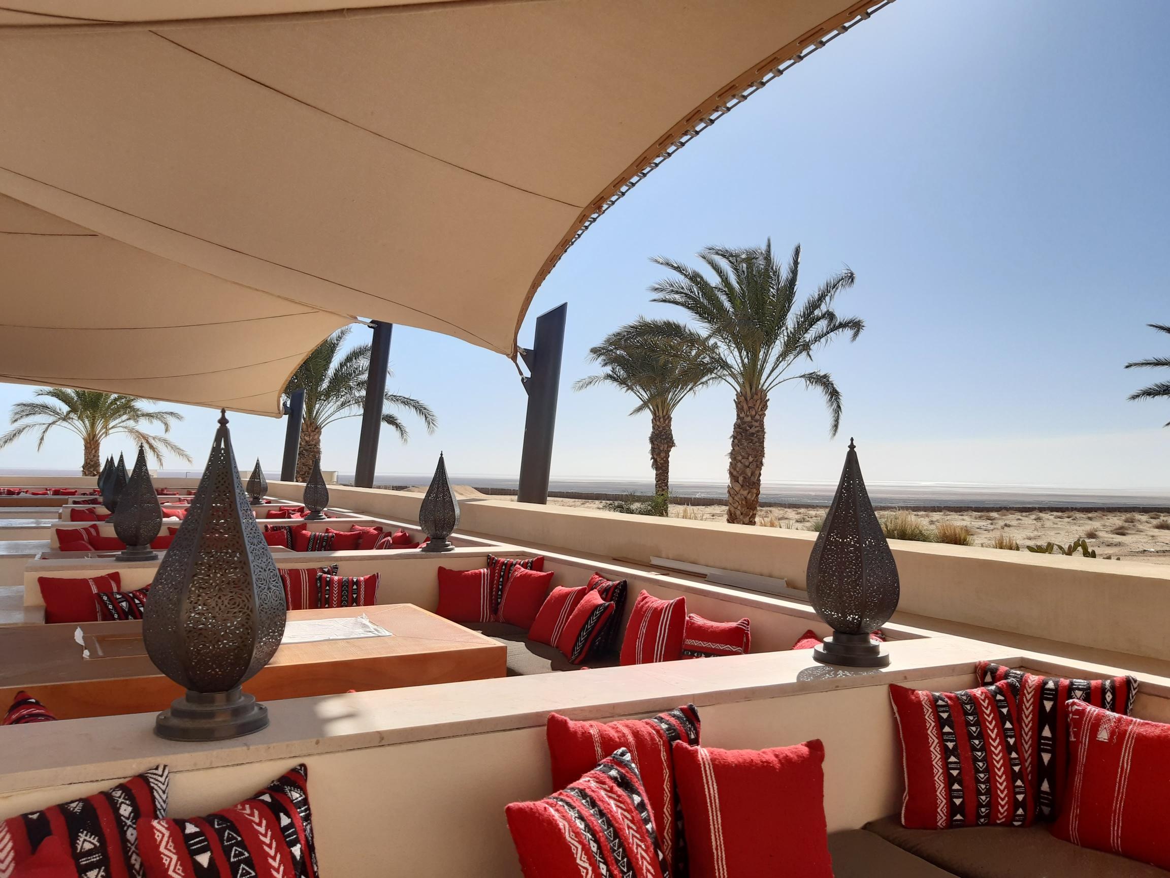 Face au Chott el-Jérid, l'un des restaurants du luxueux Resort Anantara inauguré ce 1er décembre 2019. Financé par le Qatar, géré et commercialisé par le groupe thaïlandais Anantara, une première en Tunisie - DR : M.S.