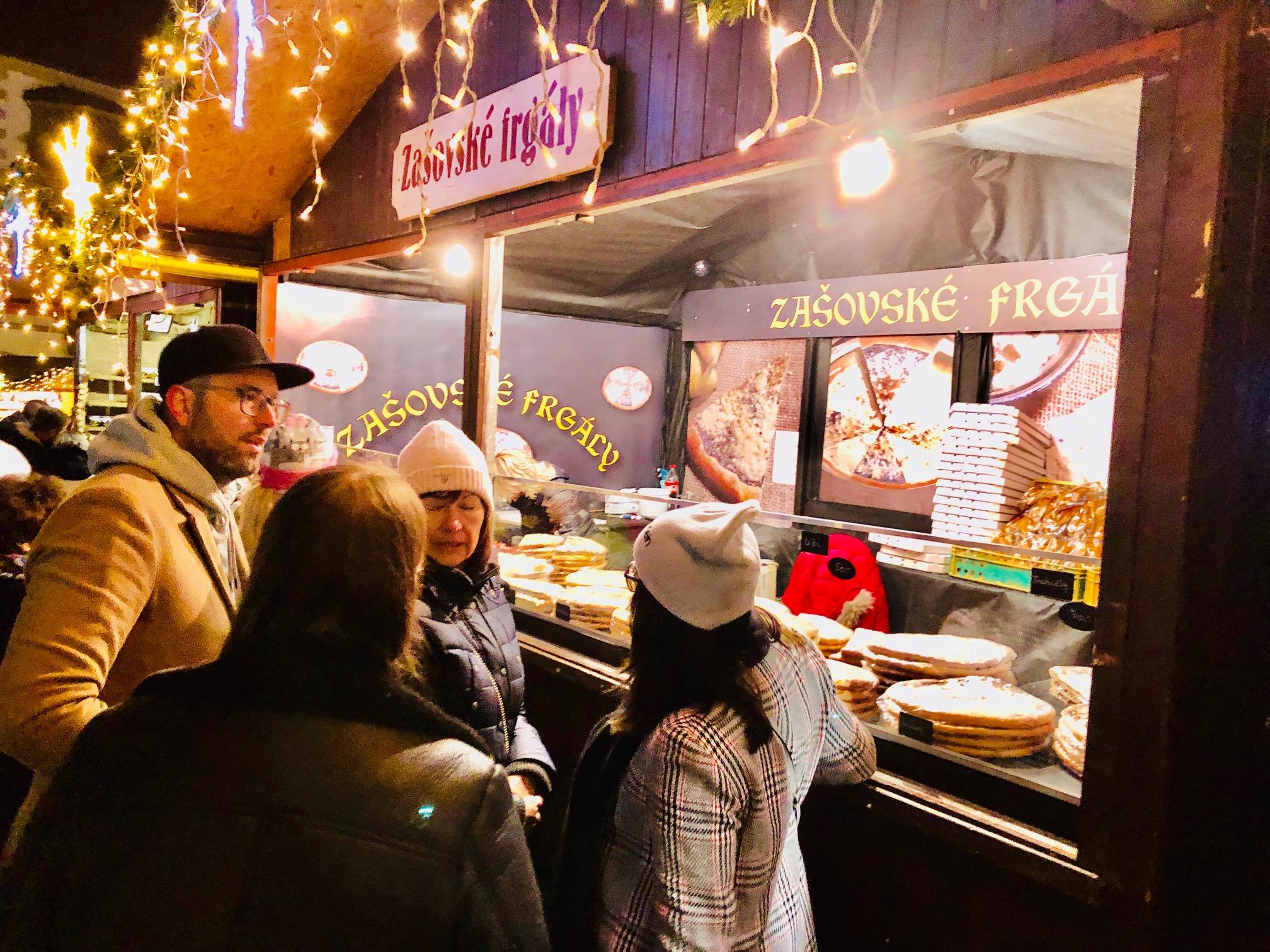 """Les """"marchands du temple"""" proposent des décorations de noël, des santons, du pain d'épice, des jouets en bois, des vêtements chauds, des spécialités culinaires diverses et de l'artisanat local et... un raton laveur !/crédit photo JDL"""