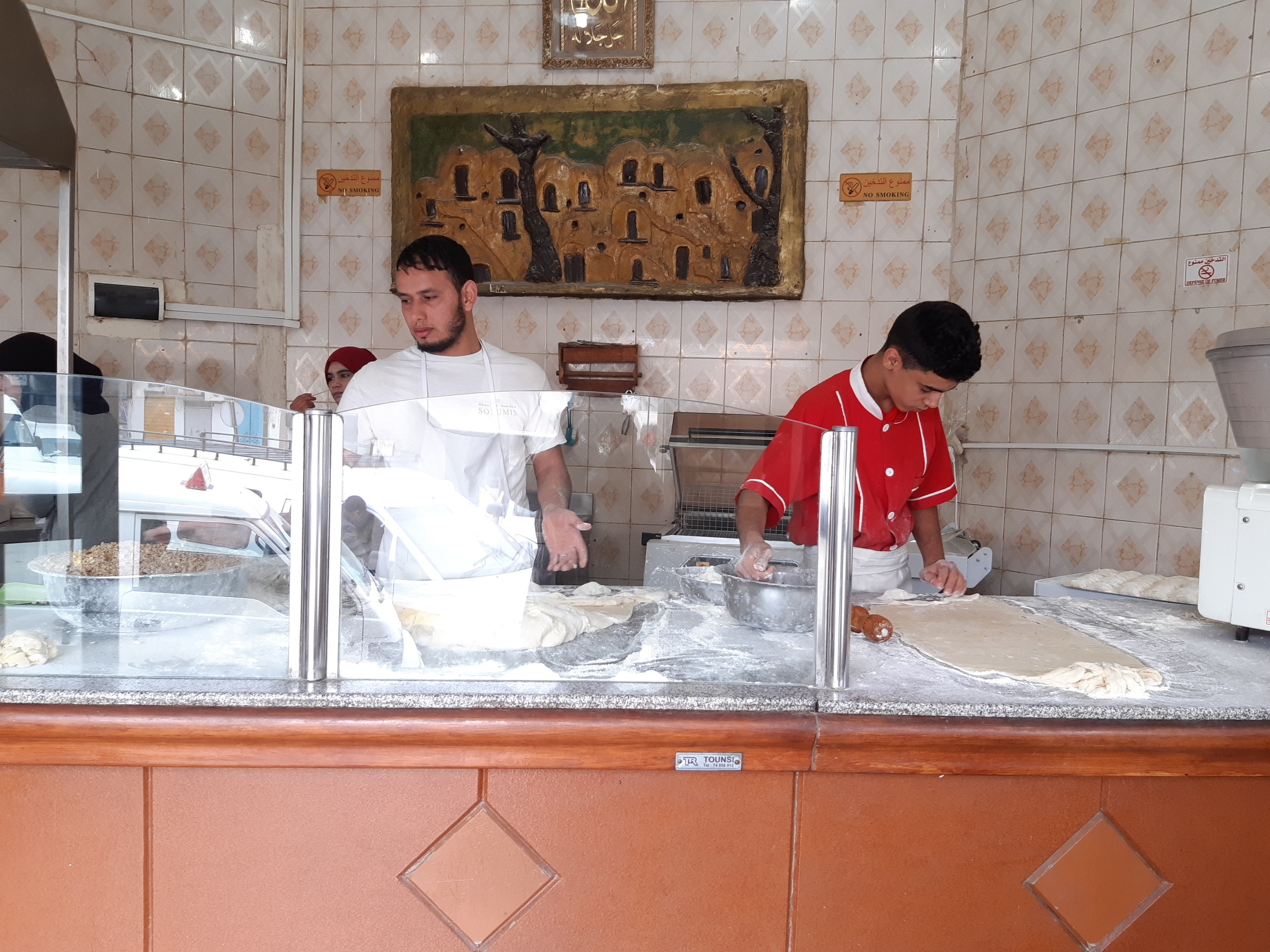 Tataouine est aussi la capitale tunisienne des cornes de gazelles. Chez ce célèbre pâtissier, elles se réalisent en direct devant le client - DR : M.S.