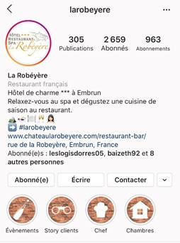 L'Hôtel La Robéyère à Embun a une bio claire incluant son hashtag officiel, des émoticônes en lien avec son offre et des Stories à la Une utilisant des images de couverture cohérentes avec son identité de marque - DR