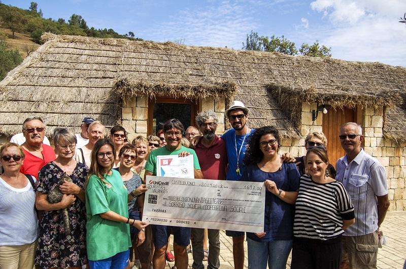 Remise d'une donation en présence des voyageurs et des bénévoles des associations en Sicile - DR : Touristra Vacances
