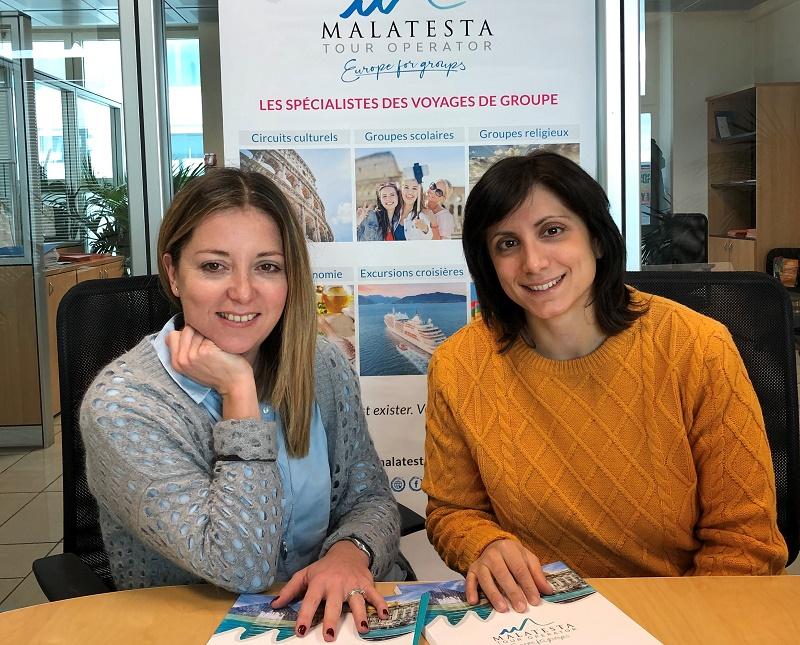 Marina Innocenzi, chef du Département Réceptif  et Anna della Chiara, responsable commerciale pour le marché français, devant le nouveau logo à l'occasion du 40e anniversaire de l'opérateur. - Photo DR