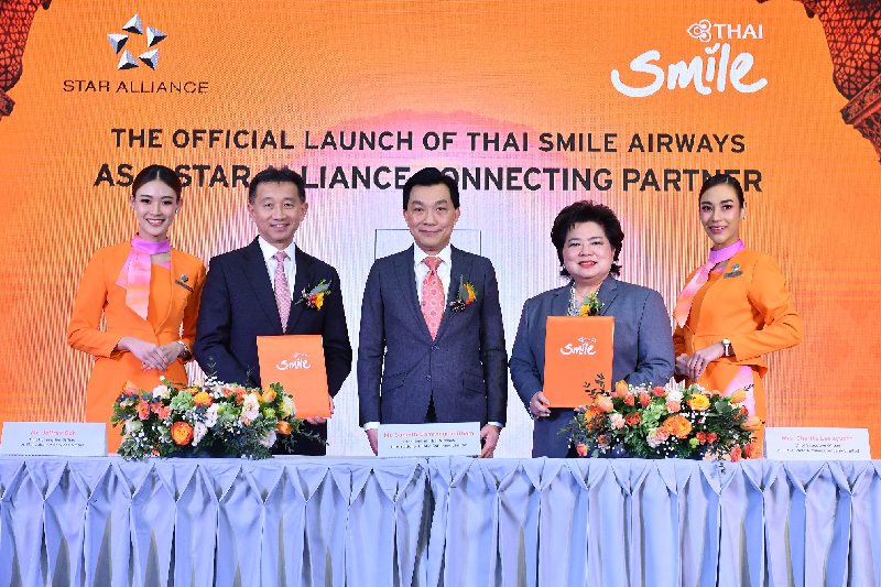 Charita Leelayudth, directrice générale de THAI Smile Airways, Jeffrey Goh, directeur général de Star Alliance, et Sumeth Damronhchaitham, président de THAI Airways International, entourés du personnel de cabine de THAI Smile - DR
