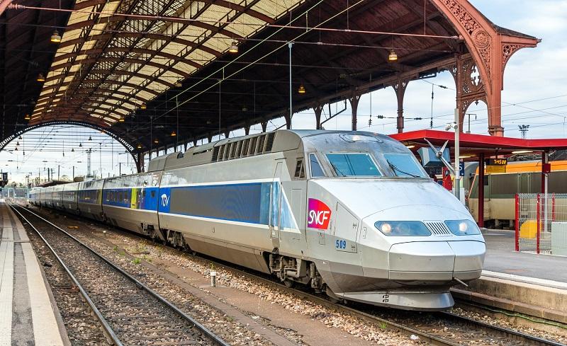 Rapatriement : es voyageurs doivent par conséquent être en possession d'un titre de transport valable pour pouvoir embarquer à bord des trains - Depositphotos.com Leonid_Andronov