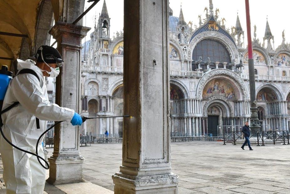Un employé municipal désinfecte la place Saint-Marc, lieu emblématique de la cité italienne, dépeuplée, le 11 mars dernier. Marco Sabadin / AFP