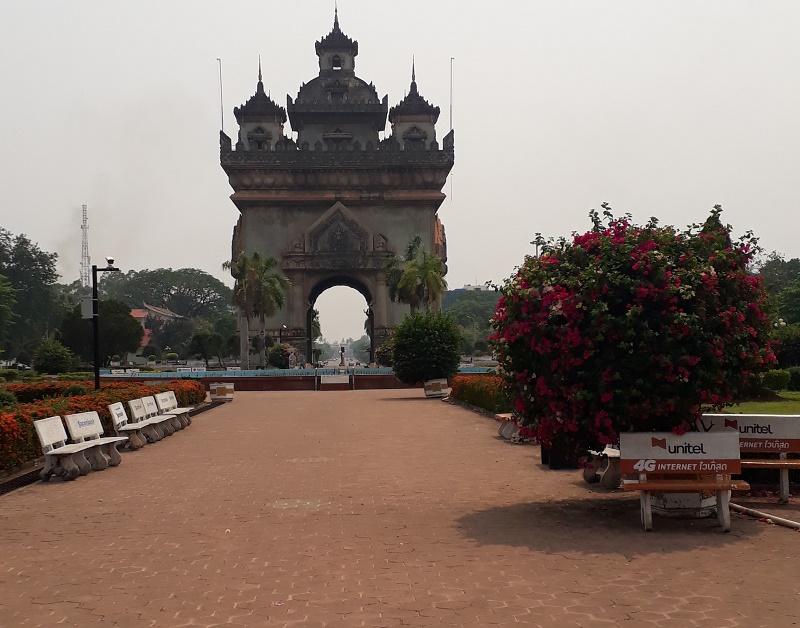 Patuxai, l'arc de triomphe du centre de Vientiane, ne grouille pas de badauds et touristes - Crédit photo : François Guillot