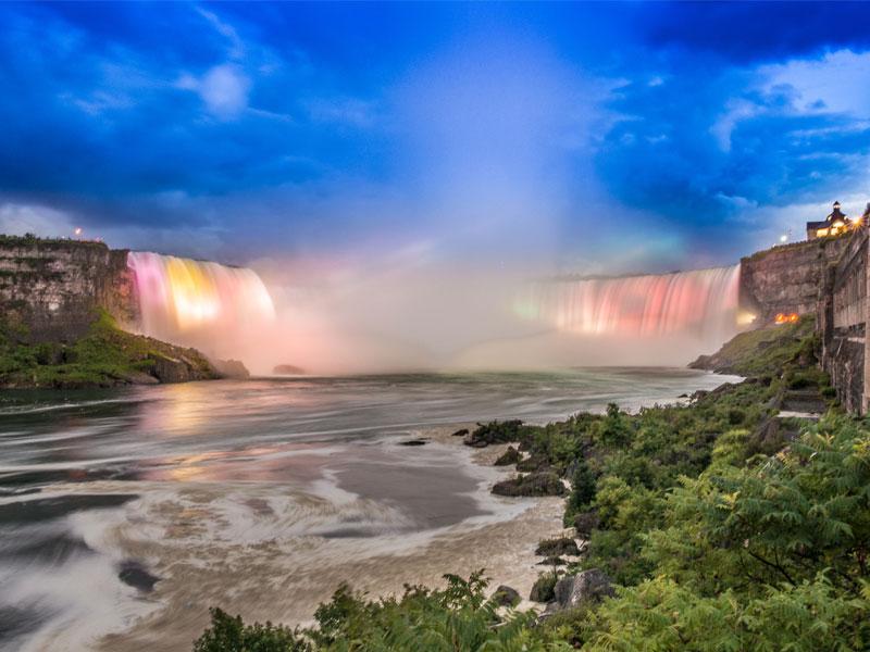 Les chutes du Niagara illuminées - DR Destination Canada