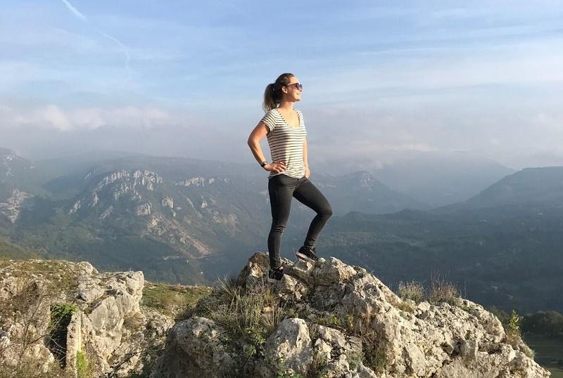Après dix ans dans le commerce et une reconversion en tant que naturopathe, Ludivine Truan vient de se lancer un nouveau challenge : fédérer une communauté de thérapeutes indépendants (professeurs de yoga, naturopathes, sophrologues, etc.) sur Happy Trek, sa plateforme de partage de séjours bien-être en pleine nature - DR : Happy Trek