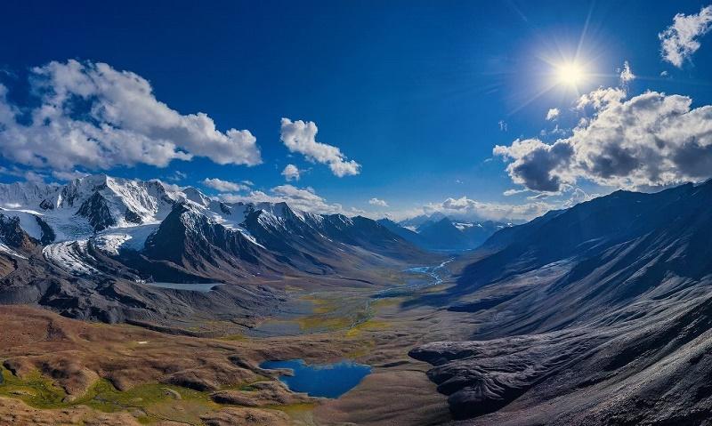 """""""Les nouvelles """"Routes de la Soie"""" deviendront des itinéraires routiers ou ferroviaires """"propres"""" dans les décennies à venir et permettront de développer les échanges tout en pacifiant les régions traversées. C'est en tout cas notre espoir."""" Ici, au Pakistan (région de Gilgit Baltistan, Broghil Valley, Karomber Lake) - DR"""