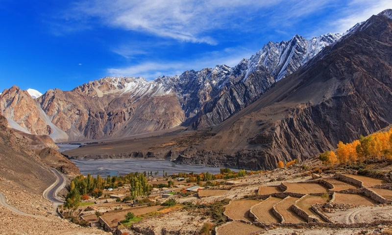 """""""André Citroën avait ouvert la voie entre le Pakistan et la Chine (l'un des itinéraires de la Route de la Soie) en démontant ses autochenilles pour pouvoir traverser l'infranchissable chaîne du Pamir. La route a été officiellement ouverte le 1er mai 1987 et aujourd'hui, de superbes voies descendent du Khunjerab à 4708 mètres d'altitude (frontière sino-pakistanaise) vers d'impressionnantes vallées du Nord Pakistan sous le regard des géants du Karakorum : le K2 (2e sommet du monde), le Rakaposhi (7788 mètres) ou le Nanga Parbat (8126 mètres) !"""" - DR"""