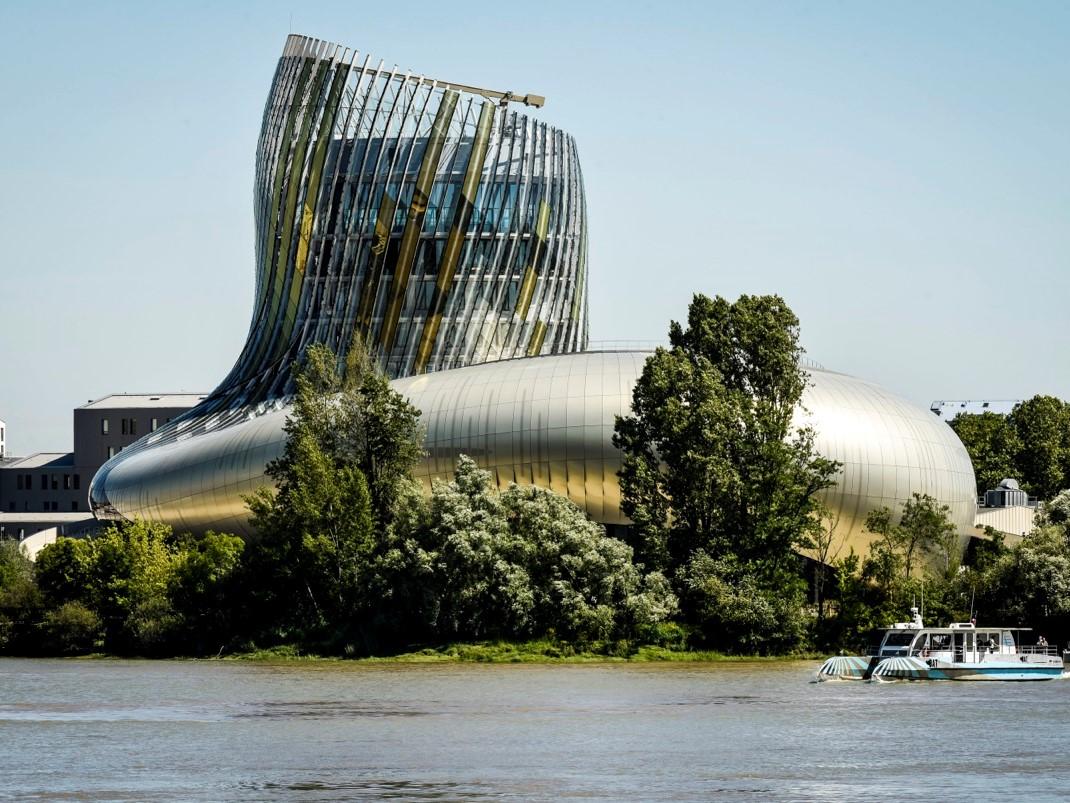 La Cité du Vin à Bordeaux.AnakaXTUarchitectes. d'entrée des routes des vignobles.