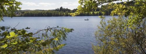 Pêche tranquille au lac de Vassivière. P.Manteau.CRTNA.