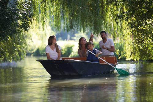 En famille au coeur d'une nature protégée. Ici le Marais poitevin. ORA-Mathieu Anglada.CRTNA.