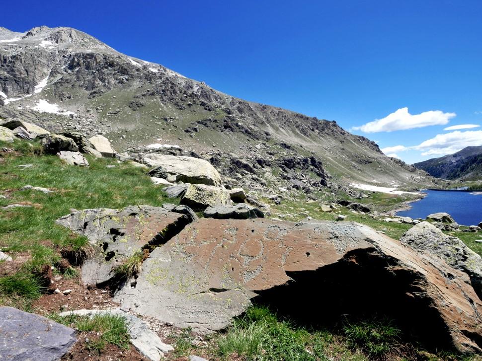 Gravures rupestres et lac de montagne, c'est la Vallée des Merveilles au cœur du Mercantour - DR : Georges Veran, CRT Côte d'Azur France