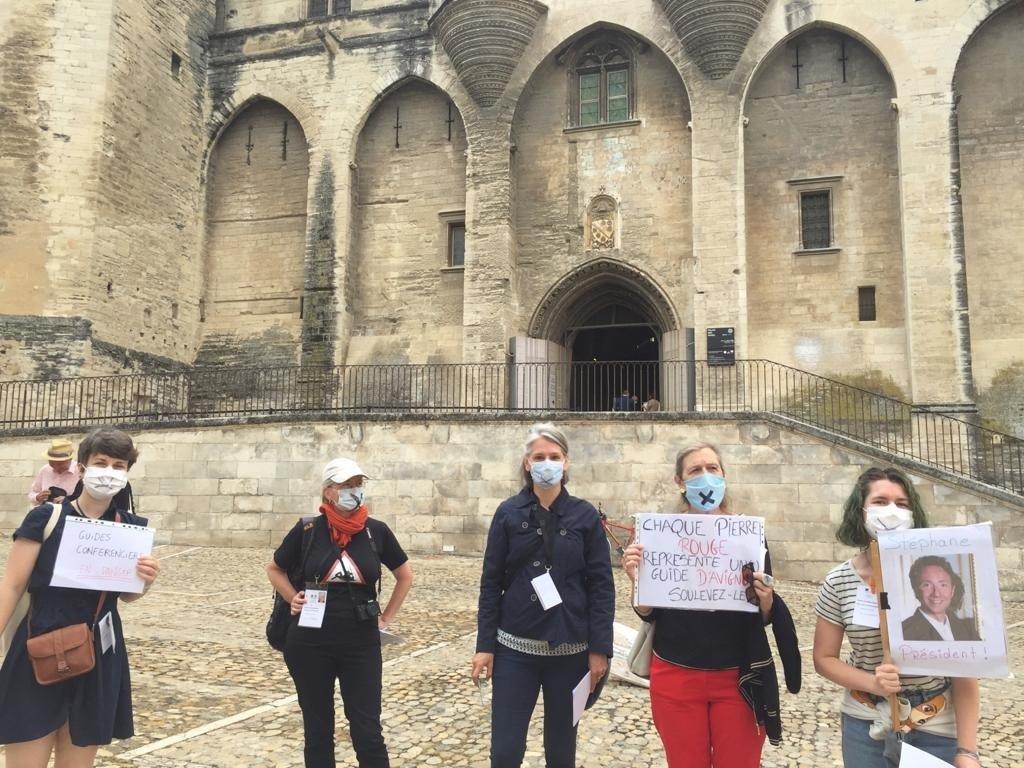 Les guides-conférenciers devant le Palais des Papes - DR