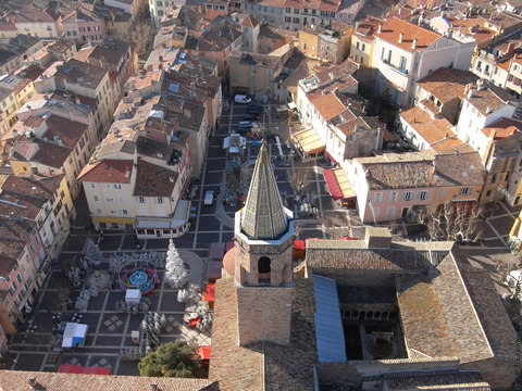 Au coeur de la ville de Fréjus. Crédit Visitvar.