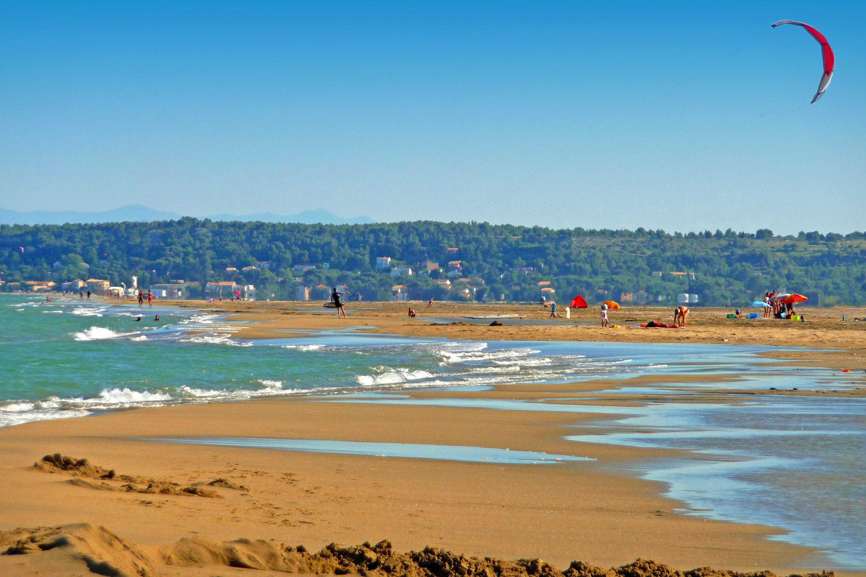 Kite surf sur la plage de La Franqui. C.Deschamps. CRT Occitanie.