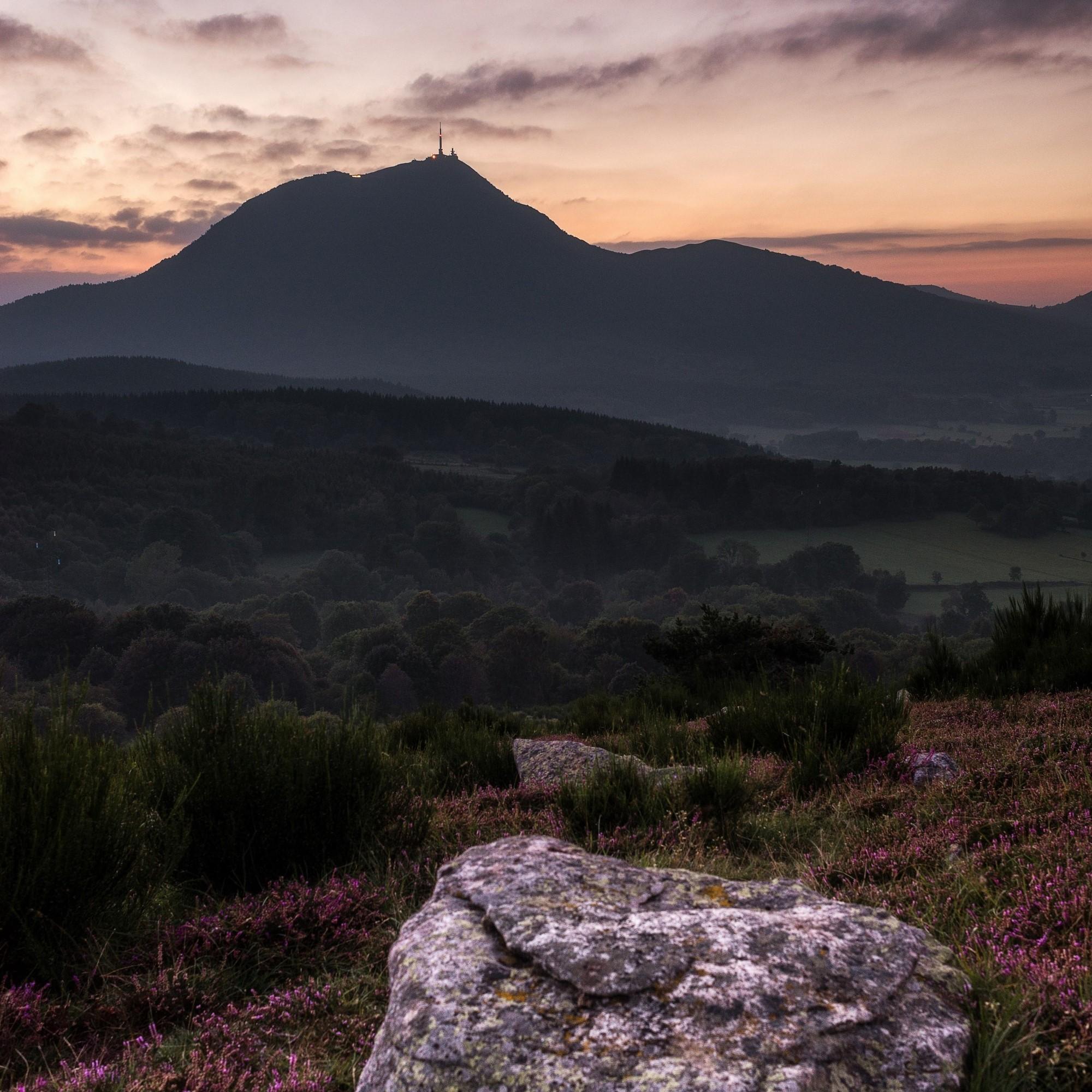 Coucher de soleil sur le Puy-de-Dôme - DR : R. Coutinho/CRT Auvergne-Rhône-Alpes.