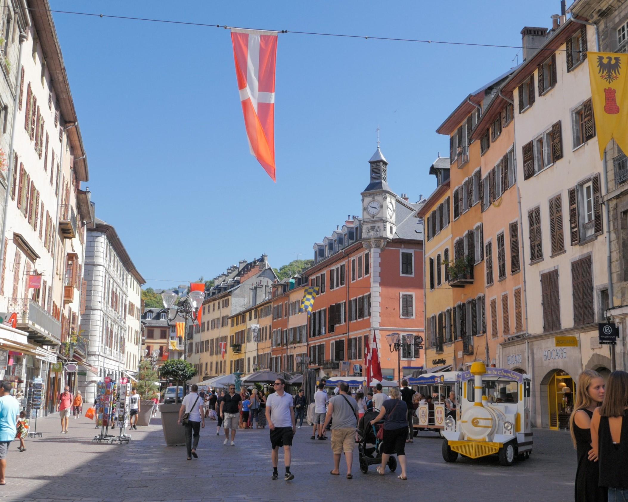 Rue piétonne dans les quartiers historiques de Chambéry - DR : Pioucube/CRT Auvergne-Rhône-Alpes