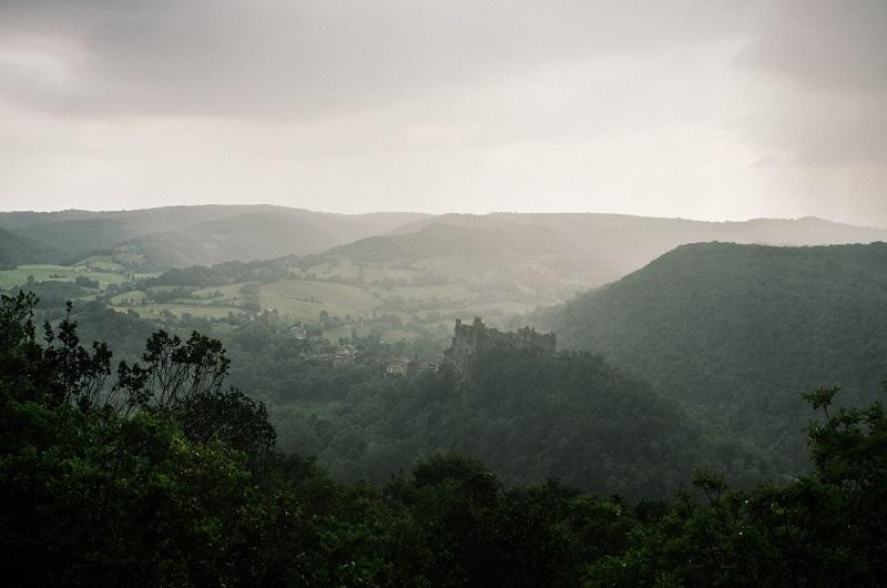 Perchés entre fleuve et falaises, les villages médiévaux des gorges de l'Aveyron hésitent entre châteaux et panoramas imprenables - DR : Mathieu Mouillet