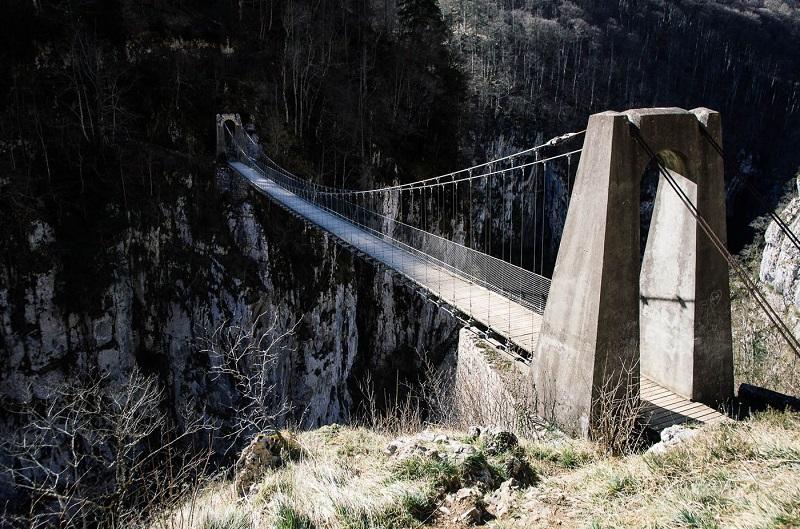 Tendue au-dessus des gorges d'Olhadubi, la passerelle vertigineuse d'Holzarte procure un doux vertige - DR : Mathieu Mouillet