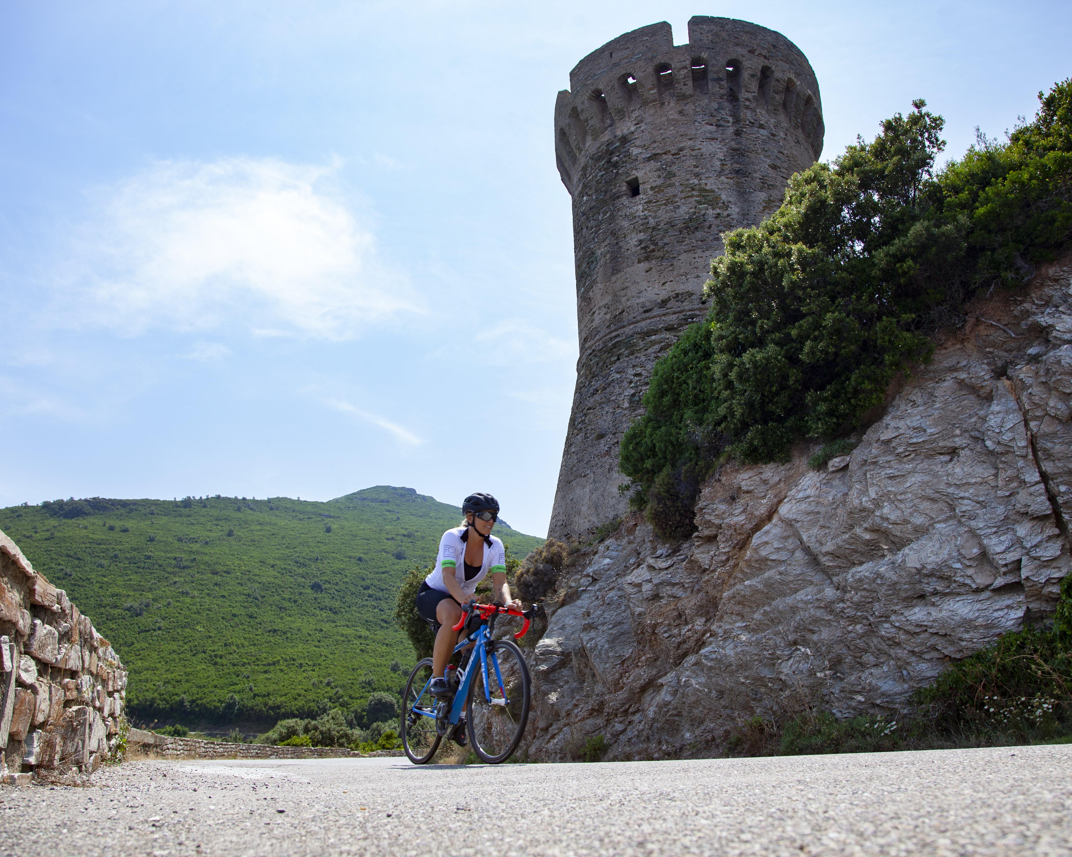 En vélo route, VTT, VAE, des parcours à travers tout le territoire. Sylvain Alessendri.