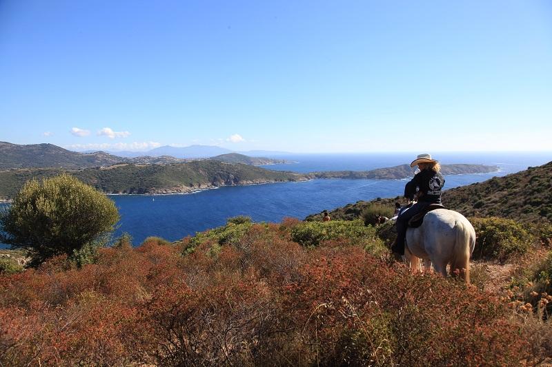La Corse est une destination idéale pour la  randonnée à cheval. Les guides équestres accompagnent les cavaliers  pour des sorties de quelques heures à plusieurs jours.  ©ATC Sylvain Alessandri