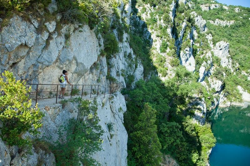 """""""Sur notre territoire, les gorges du Verdon sont beaucoup plus sauvages et protégées, les eaux plus claires. Elles sont uniquement accessibles en randonnée et en bateau électrique"""" - DR : Provence Verte et Verdon Tourisme"""