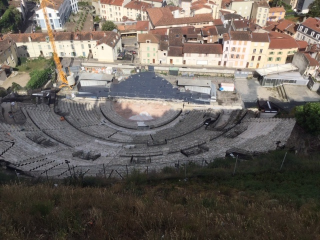 Chaque rue, ruelle, passage, hôtel particulier, maison de pierres et de briques rappellent le passé antique et chrétien de Vienne. Ici, le théâtre antique romain de 13 000 places - DR : J.-P.C.