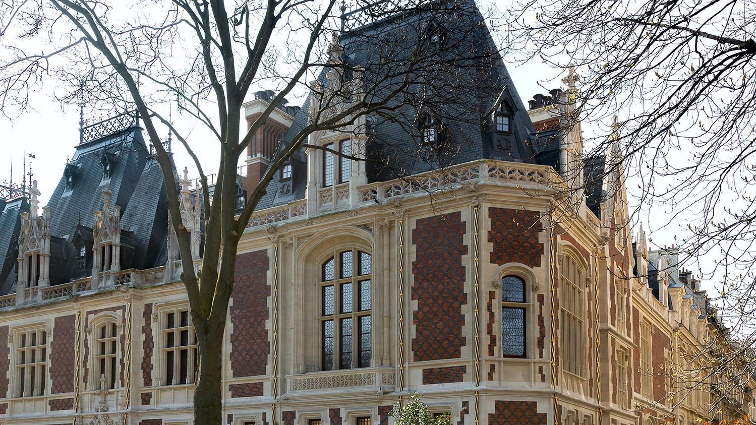 L'hôtel Gaillard au style néo-renaissance, propriété de la Banque de France place du Général Catroux à l'angle des rues Berger et de Than à Paris (17e). Inspiré par le château de Blois il se distingue par ses toits élancés, ses fines tourelles, ses gouttières torsadées et dorées. A lui seul, il vaut le déplacement - DR : Charlotte Donker/Citéco