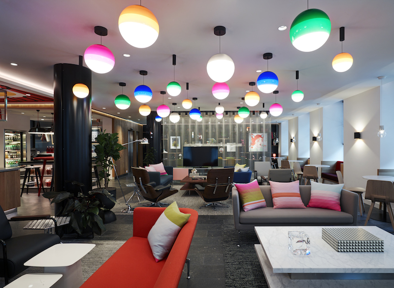 Le premier étage mène au salon signature de la marque, un espace de vie accueillant avec canapés, tables et chaises confortables pour consulter les livres et objets d'art provenant des quatre coins du monde - DR : citizenM
