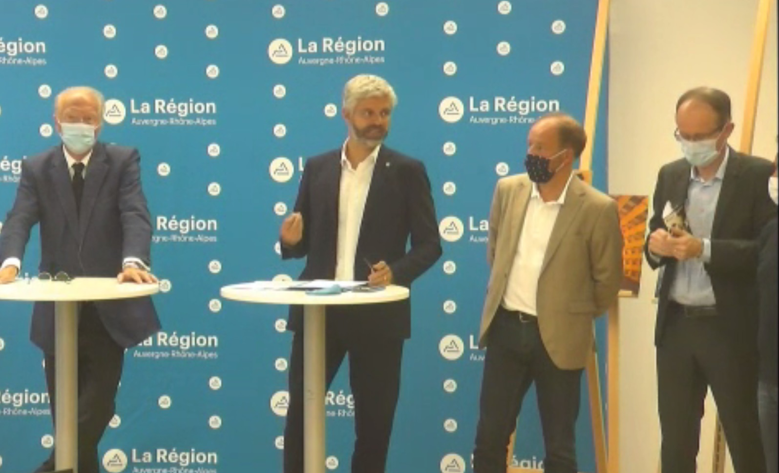 Laurent Wauquiez entouré des professionnels du tourisme auvergnat lors du point presse ce lundi 14 septembre 2020 - DR