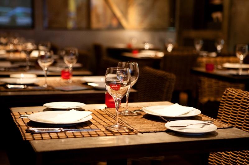 Pour les restaurateurs, le couvre-feu à partir de 21h condamne le service du soir et d'oblige les restaurants à fermer  - DR : DepositPhotos, emprise