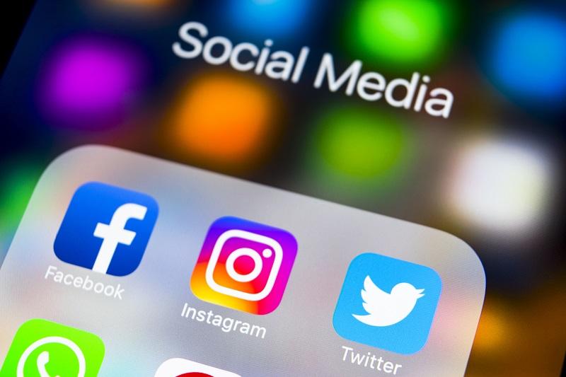 Les posts publics sur les réseaux sociaux des requérants de visa électronique pourraient être examinés par les autorités russes (illustration: Adobe Stock)